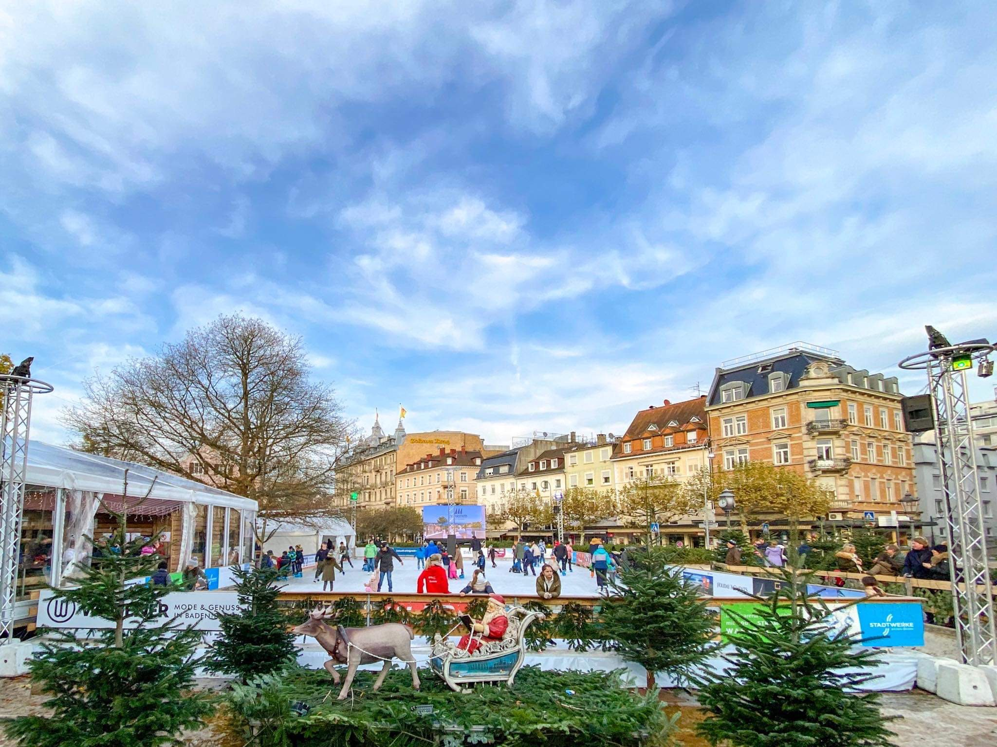 eisarena-baden-baden-weihnachtsmarkt-essen-6